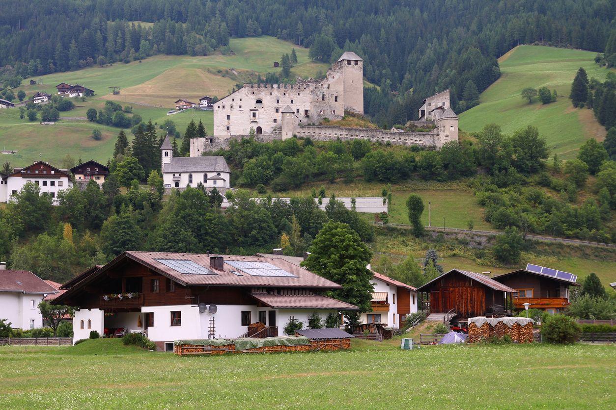 Schloss Heinfels iStock187405723