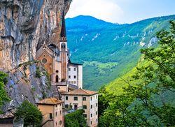 Madonna della Corona Kirche Spiazzi iStock692310046 web